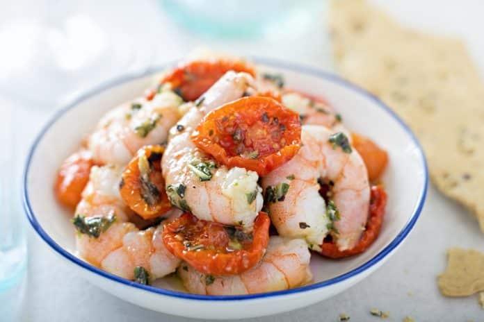 salát s krevetami na bílém víně a pečenými cherry rajčátky