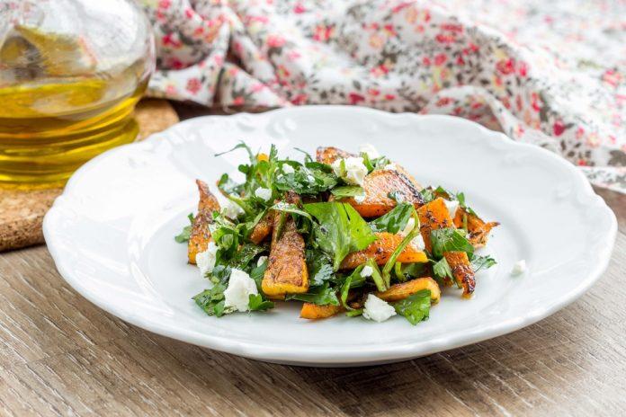 salát s pečenou zeleninou, olivovým olejem a feta sýrem