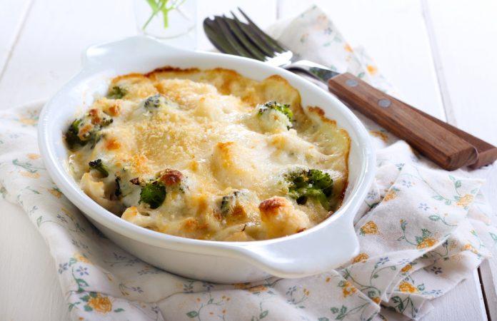 zapečená brokolice se sýrem a rajčaty
