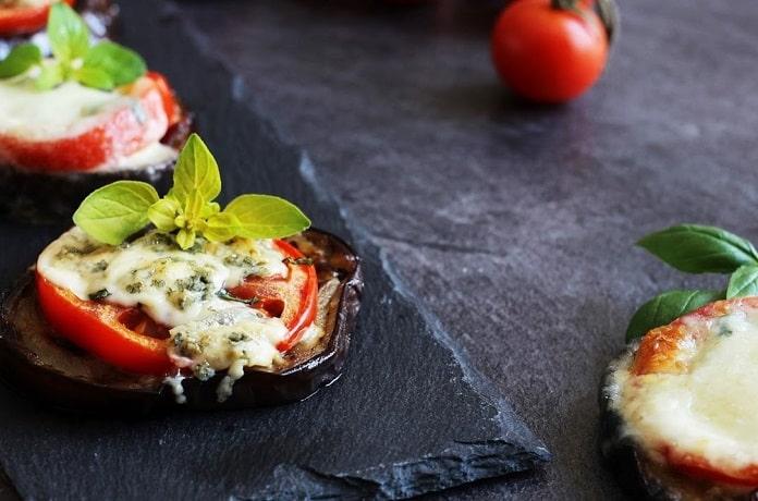 Zapečená kolečka s rajčaty, česnekem, sýrem a bylinkami