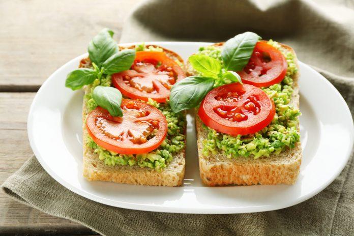 žitný chléb s rajčaty, avokádem a čerstvými bylinkami