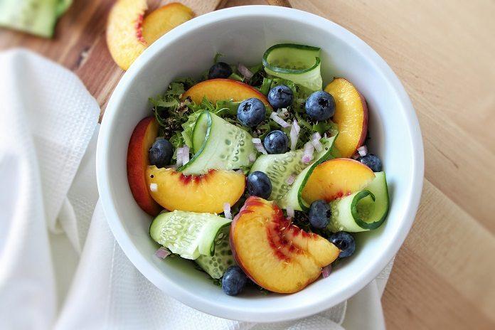 broskvový salát s quinoou a borůvkami