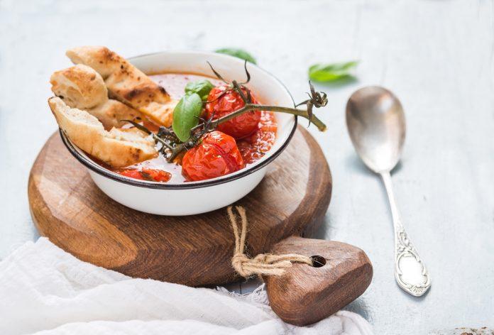 polévka z pečených rajčat s bazalkou a olivovým olejem