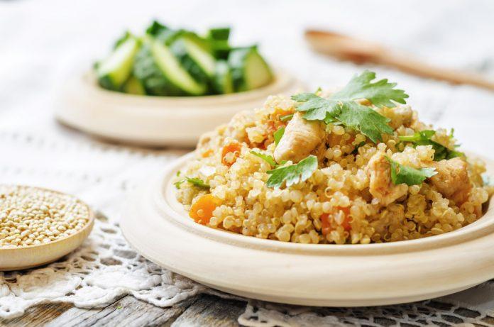 quinoa pilaf s kuřecím masem a zeleninou