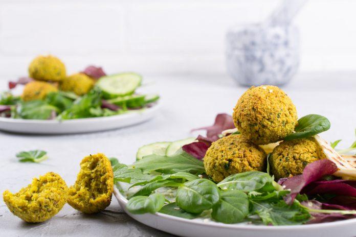 zeleninový salát s falafelem a česnekovým dresinkem