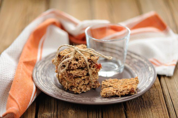 domácí celozrnné sušenky s rozinkami a vlašskými oříšky