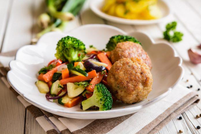 krůtí karbanátky s dušenou zeleninou a celými kousky brokolice