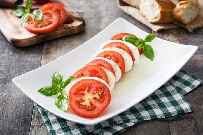 mozzarella s rajčaty a bazalkou