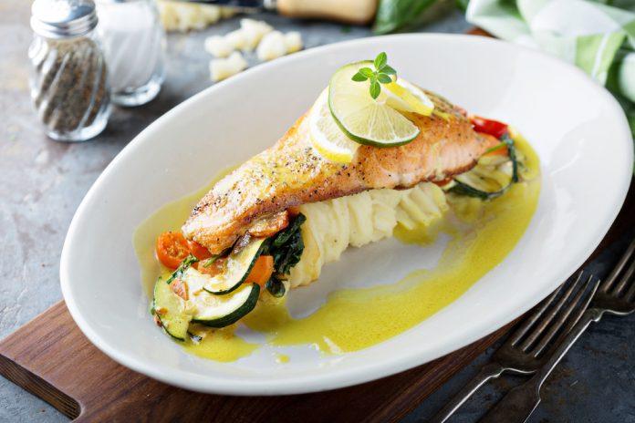 steak z lososa s mrkvovo-celerovou kaší