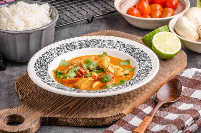 thajské kari s kuřecím masem a zeleninou