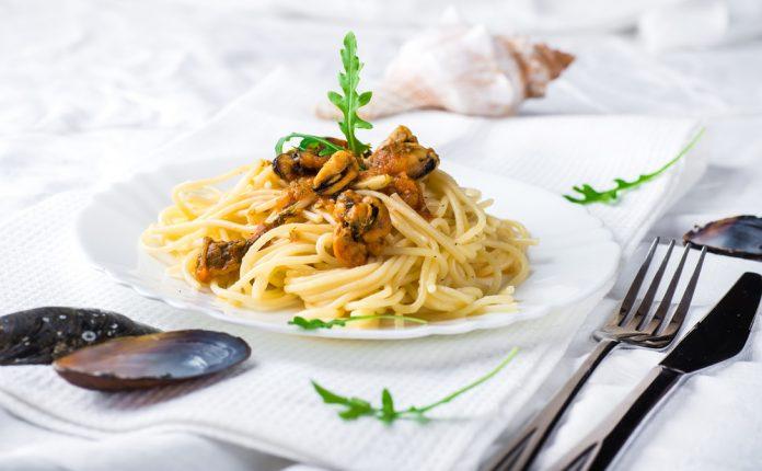 celozrnné špagety s rukolou a mořskými plody