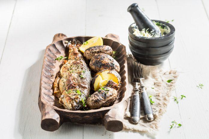 pstruh pečený v troubě s bramborem a okurkovým salátkem