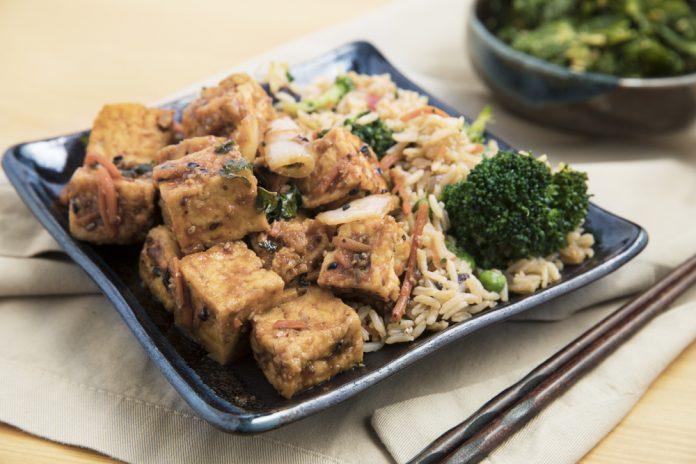 restované tofu s kešu oříšky, zeleninou a celozrnnou rýží