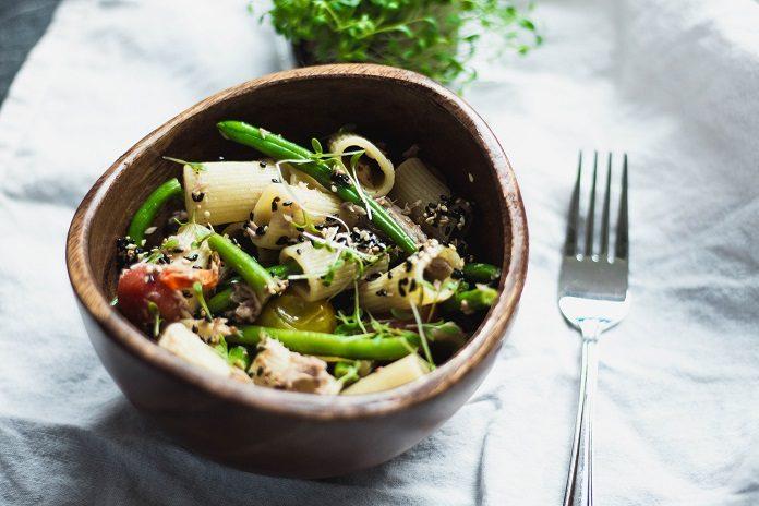 těstovinový salát s tuňákem, sezamem a fazolkami