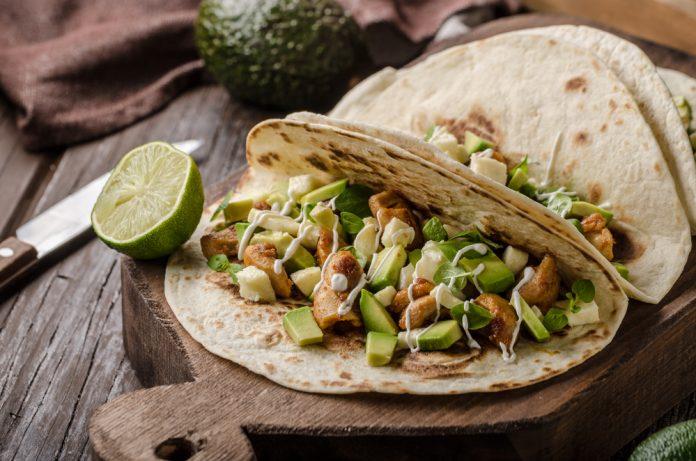 tortilly plněné kuřecím masem, avokádem a salátovými listy