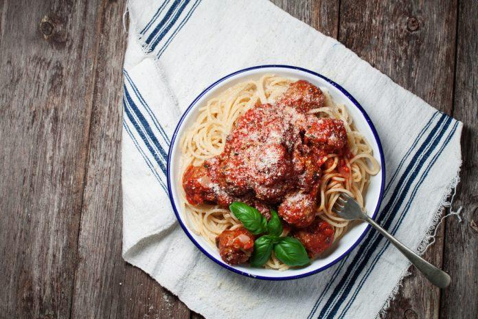 celozrnné špagety s hovězími kuličkami a rajčatovou omáčkou