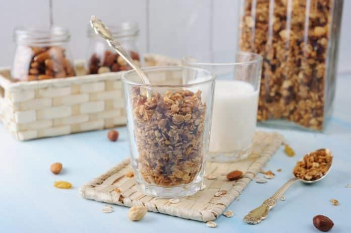 domácí granola z ovesných vloček a oříšků