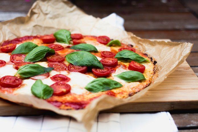květáková pizza s rajčaty, cibulkou, mozzarellou a zelenými bylinkami