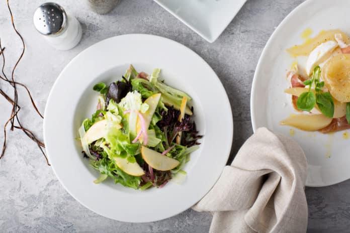zeleninový salát s kozím sýrem, jablkem a krutony z celozrnného chleba