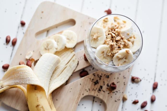 chia pudink s ořechy a banánem