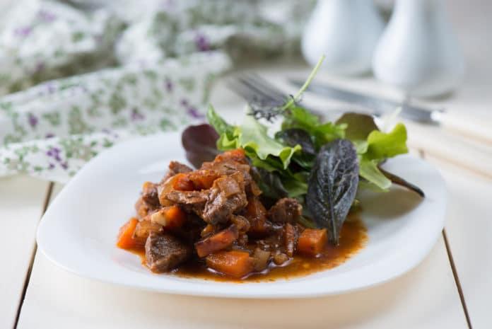 dušená vepřová kýta s mrkví a bramborem