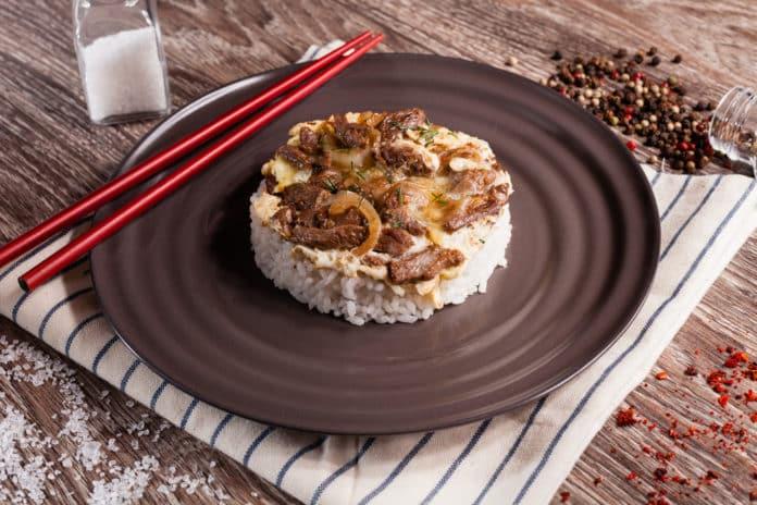 hovězí nudličky s lesními houbami a celozrnnou rýží