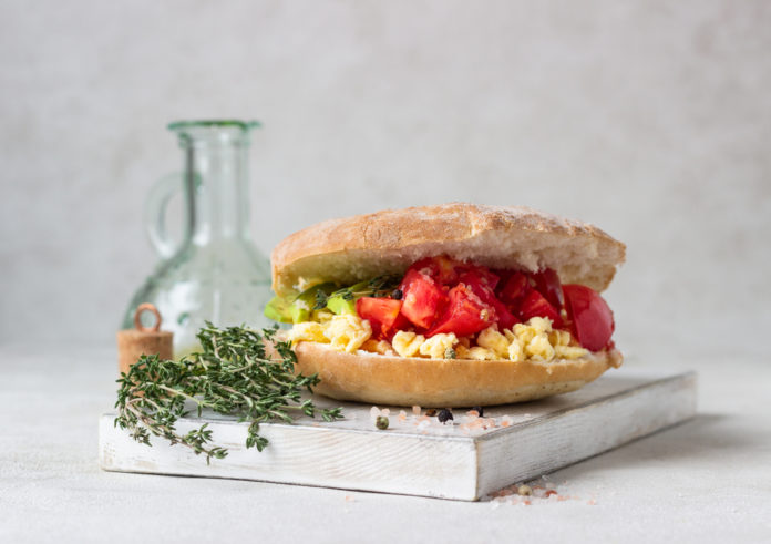 míchaná vajíčka s celozrnnou houskou a cherry rajčátky