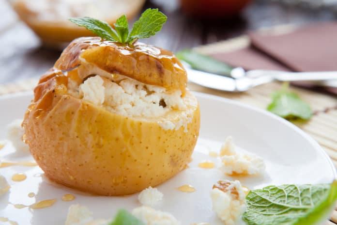 pečené jablko s tvarohem, ořechy a medem