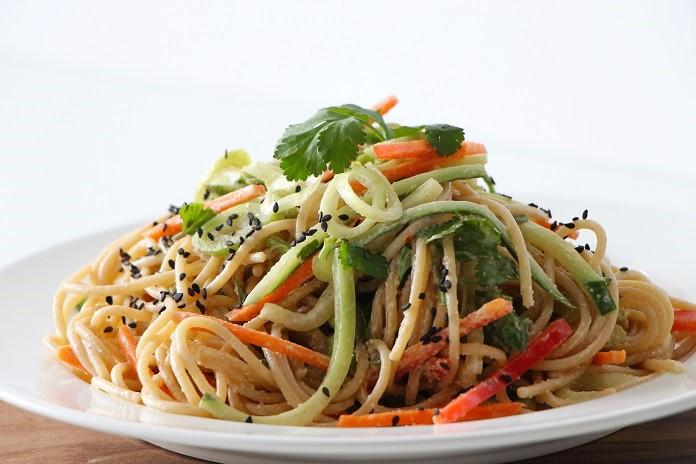 salát s celozrnnými špagetami a pikantním dresinkem