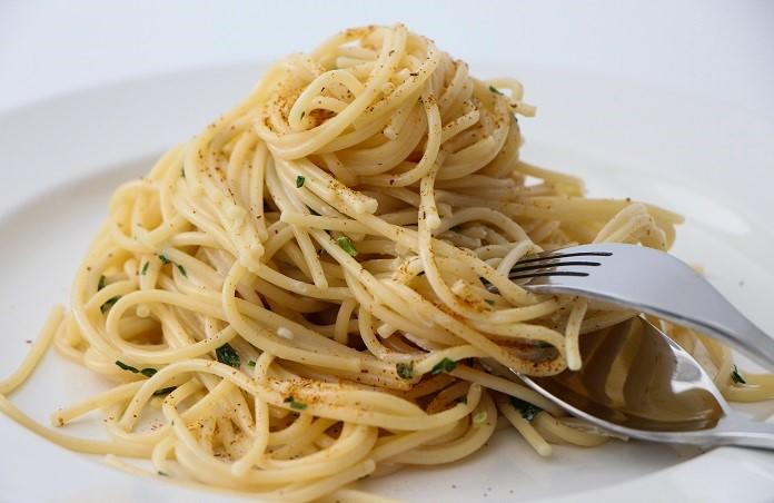 špagety s česnekovou omáčkou a bylinkami