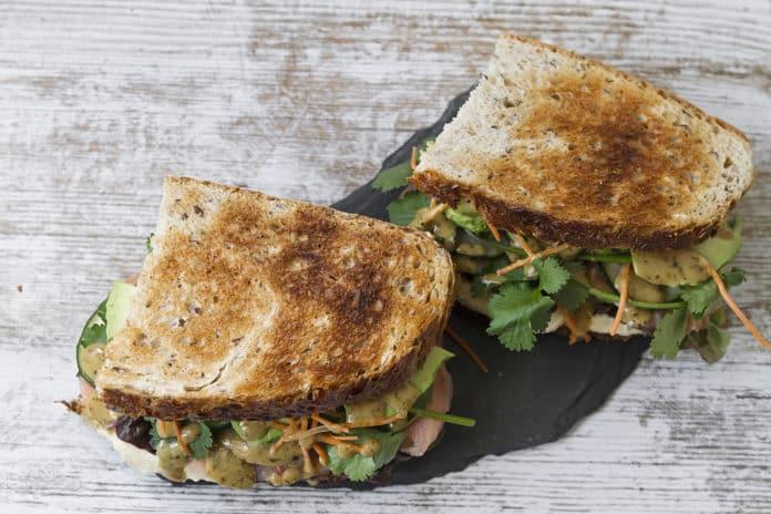 žitný chléb s hummusem a čerstvou zeleninou
