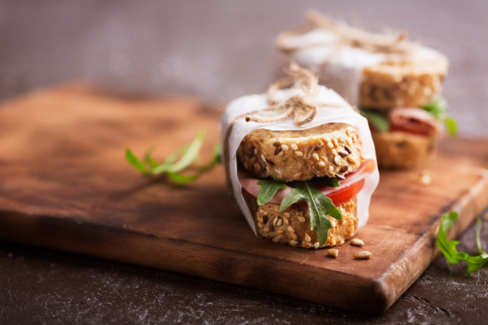 celozrnné pečivo s hummusem a krůtí šunkou
