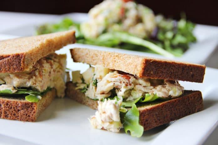 celozrnný sendvič s tuňákem ve vlastní šťávě, rajčetem a ledovým salátem