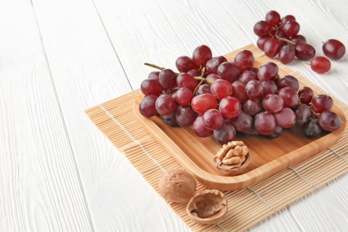 hroznové víno s hrstí vlašských oříšků