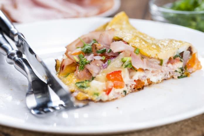omeleta se sýrem a šunkou