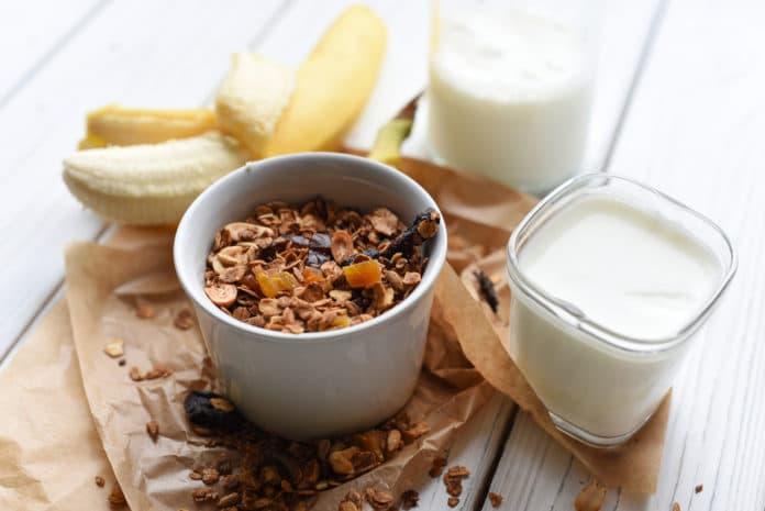 ořechová granola s banánem a sójovým mlékem
