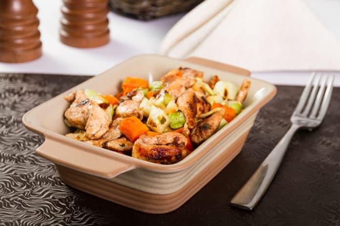 pečená kuřecí prsa na kořenové zelenině s indiánskou rýží