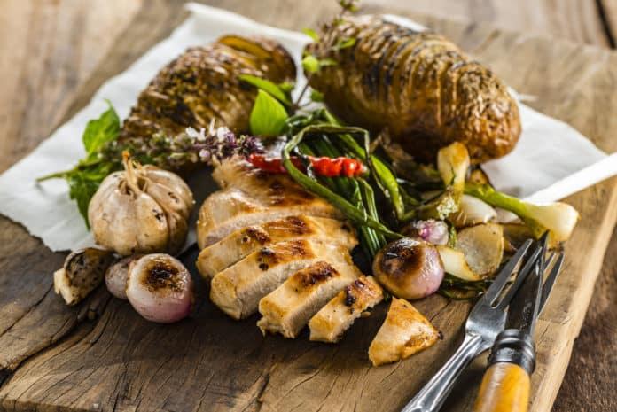 pečené brambory s kuřecím masem a zeleninou