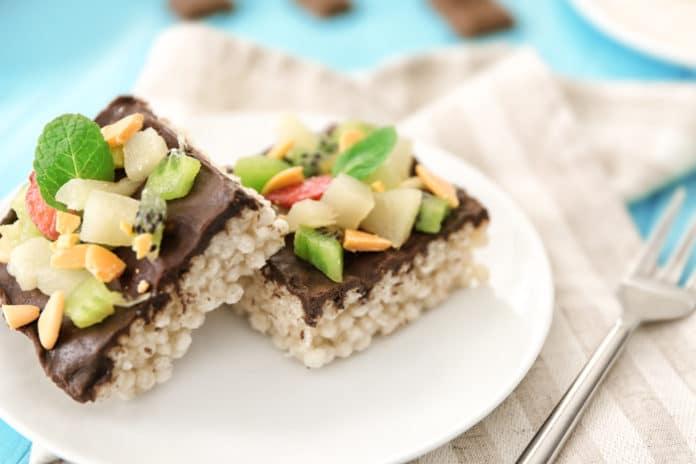 rýžové chlebíčky s hořkou čokoládou a ovocem