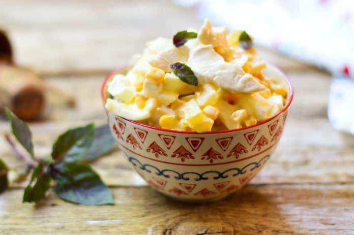 salát s krůtími kousky, kukuřicí, ananasem a nízkotučným sýrem