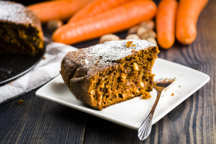 kousek mrkvového dortu