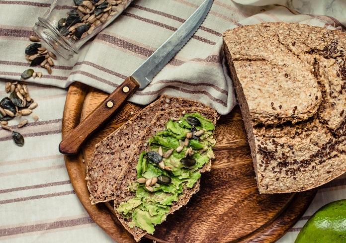 krajíc celozrnného chleba s guacamole