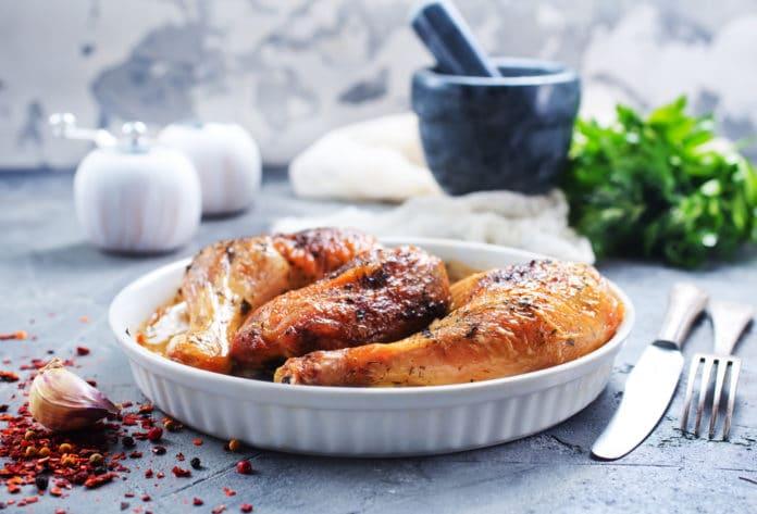 kuře pečené v troubě s bramborami a zeleninovým salátkem