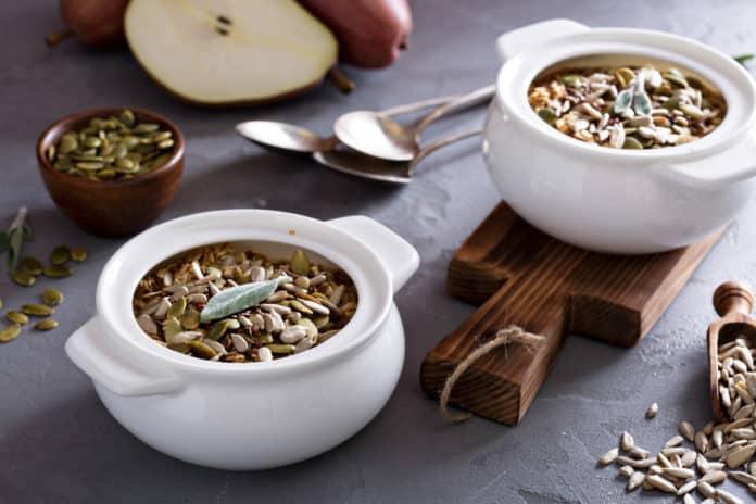 müsli s konopným a dýňovým semínkem, čerstvá hruška a mandlové mléko