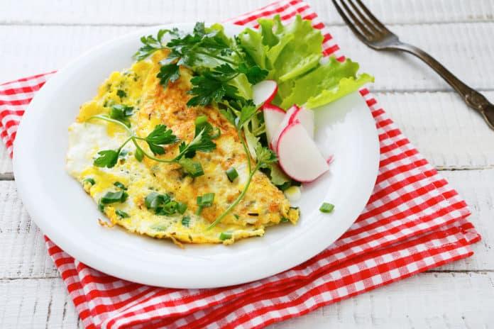 omeleta s ředkvičkami, jarní cibulkou a celozrnným toastem
