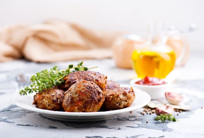 pečené kuřecí karbanátky se zeleninovou oblohou
