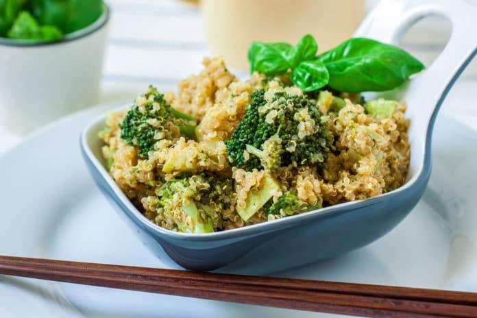 quinoa s tofu a brokolicí
