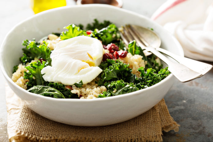 quinoový salát s vejcem Benedikt, kadeřávkem, paprikou a konopným olejem