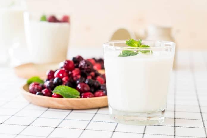řecký jogurt s lesním ovocem