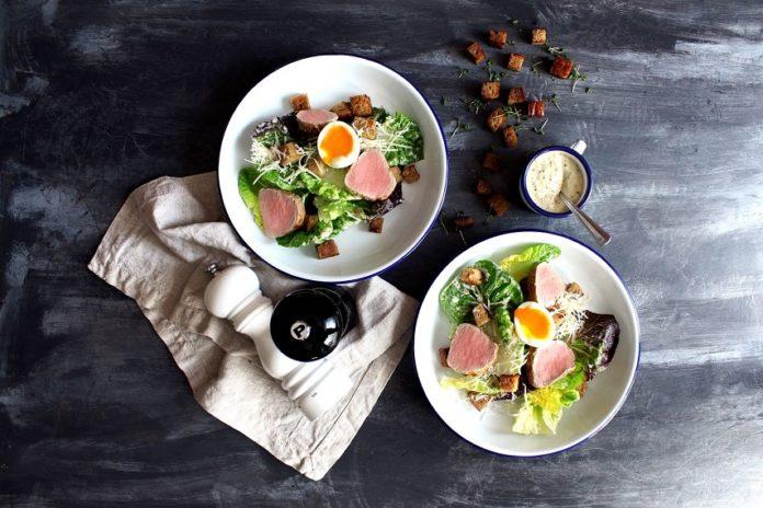 salát caesar s panenkou, vejcem a parmazánem
